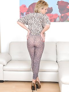 <!–-IMAGE_COUNT-–> of lady sonia animal print milf